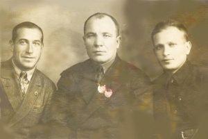 Слева направо: главный инженер, директор и парторг ГильИ.М. завода «Поршень», Харьков, 1936г.