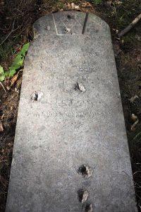 Следы от пуль на надгробии Боруха-Бенциона Дубровского (ум. в 1920 г.). Фото А. Ваховской