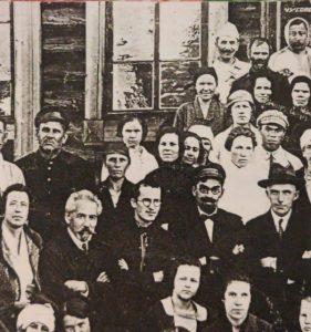 Коллектив медработников больницы в г.Чусовой.Внизу, во втором ряду слева, седой, с усами,мой дедушка Иосиф Ефимович Рабинович